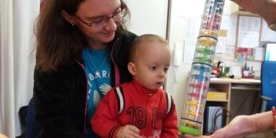 Chceme Danečka posunout ve vývoji zase o kousek dál, říká vedoucí Střediska rané péče o chlapci se vzácnou diagnózou