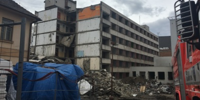 V areálu třebíčské nemocnice bourají starou budovu