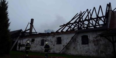 Požár hospodářského stavení v Chuchli za sebou zanechal dvoumilionovou škodu